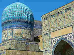 Les moquées du monde entier accueillent les musulmans pour la prière du jour de l'Aïd qui a lieu en début de matinée avant le sacrifice du mouton.
